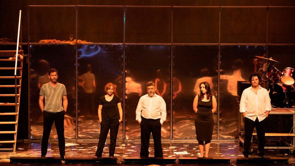 Los cinco actores y actrices de Fariña, colocados en fila de cara al público, durante una escena de Fariña
