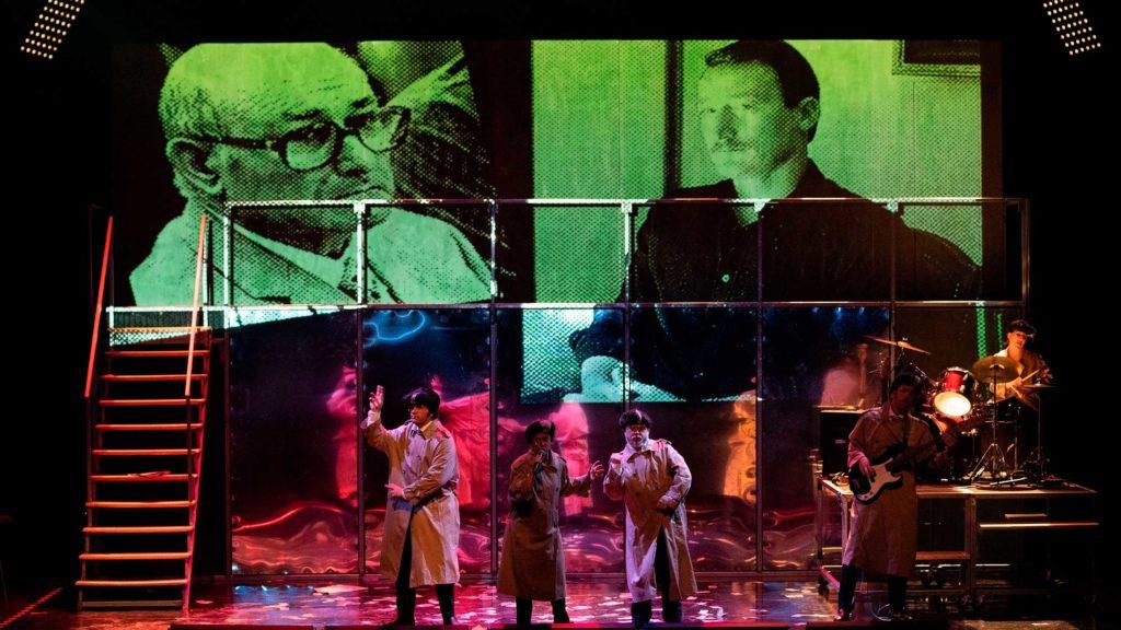 Los actores de Fariña cantando, bailando y tocando la batería y el bajo