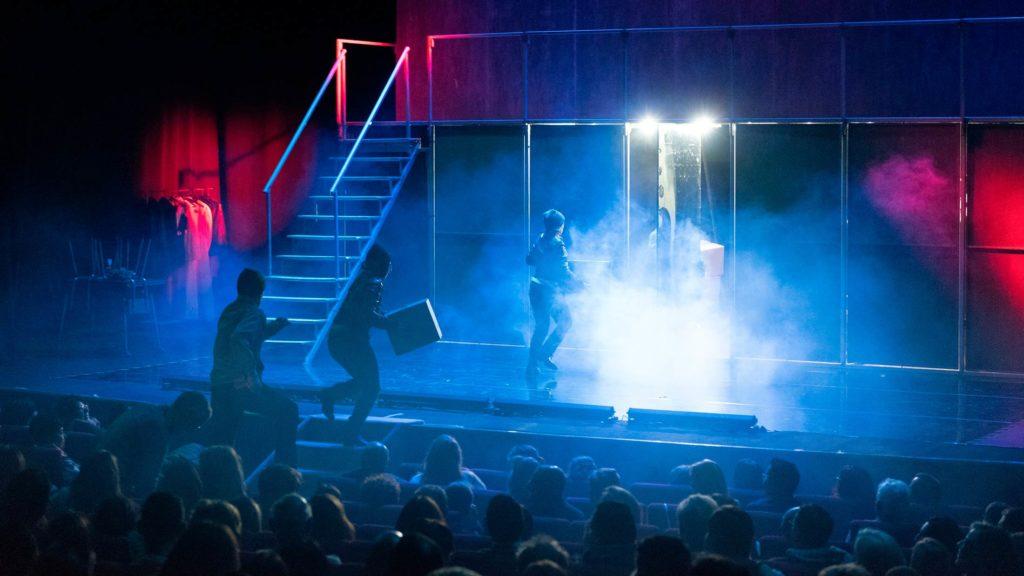 Los actores de Fariña subiendo fardos de droga desde las butacas al escenario
