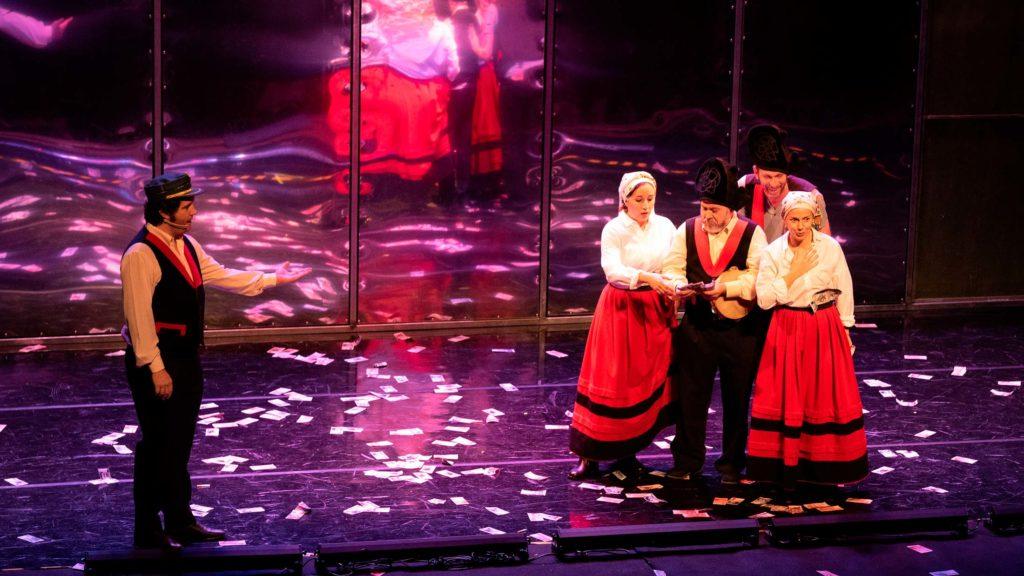 Los actores de Fariña, vestidos de gaiteros y contando billetes, durante una escena de la obra