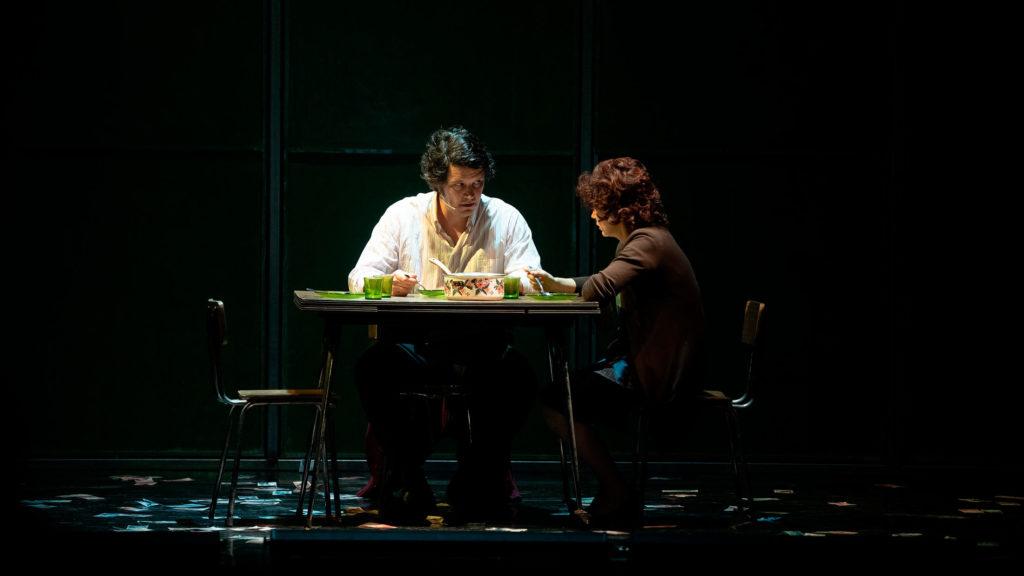 Xosé A. Touriñán y María Vázquez hablando en una escena de Fariña