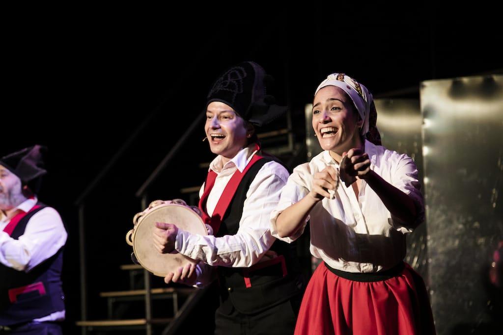 Los actores Borja Fernández y Melania Cruz vestidos con ropa tradicional gallega, durante la obra de teatro Fariña