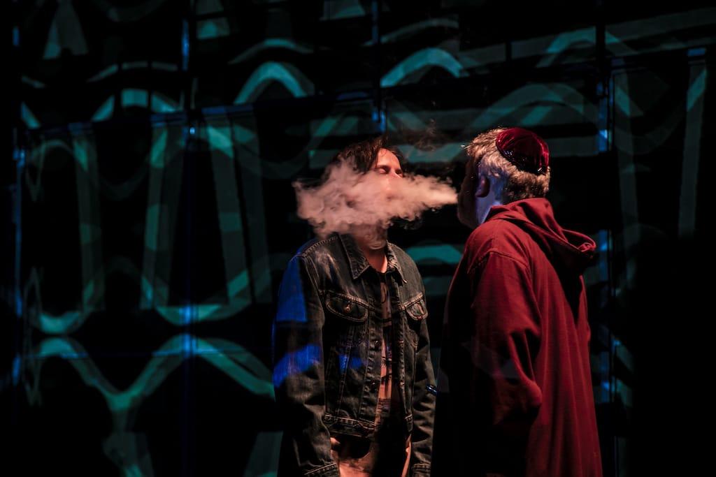 El actor Marcos Pereiro caracterizado como obispo y fumando sobre la cara de Borja Fernández, durante el espectáculo Fariña