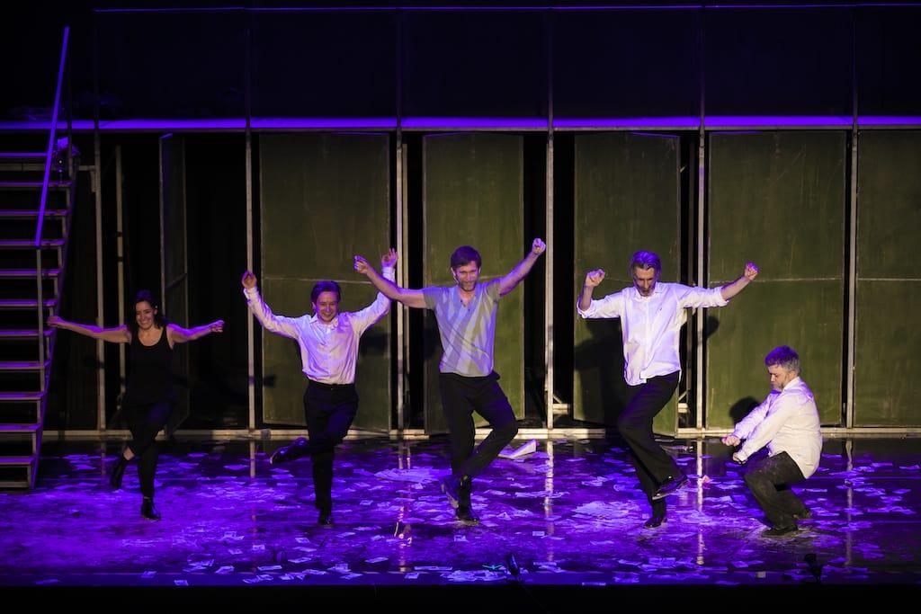 Los cinco actores de Fariña, bailando en el escenario