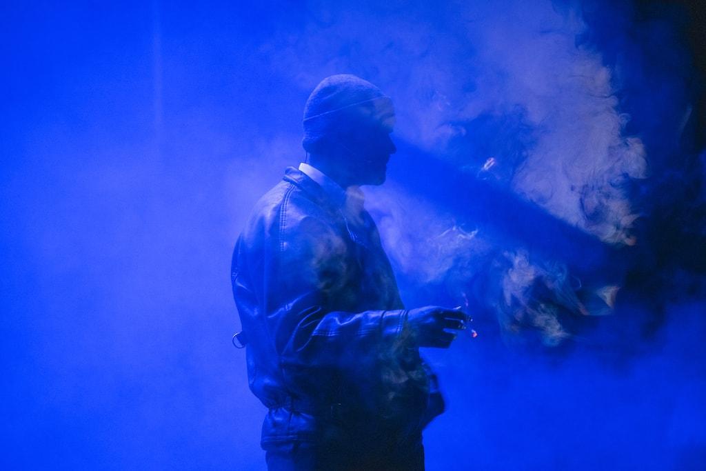 Oswaldo Digón, fumando en el escenario durante la obra Fariña