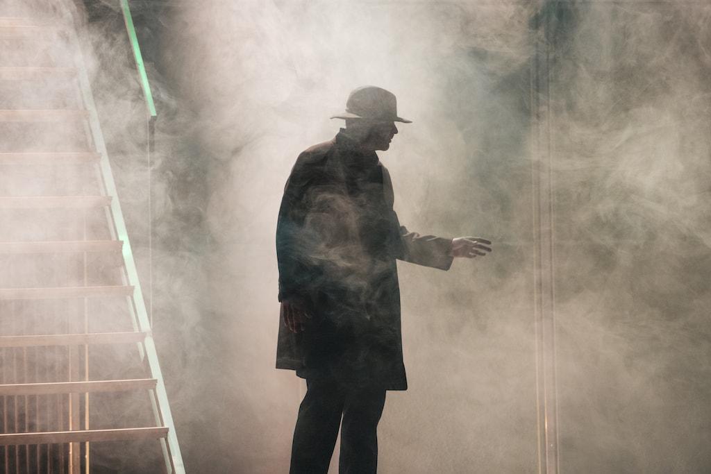 El actor Oswaldo Digón rodeado de humo durante en el espectáculo teatral Fariña