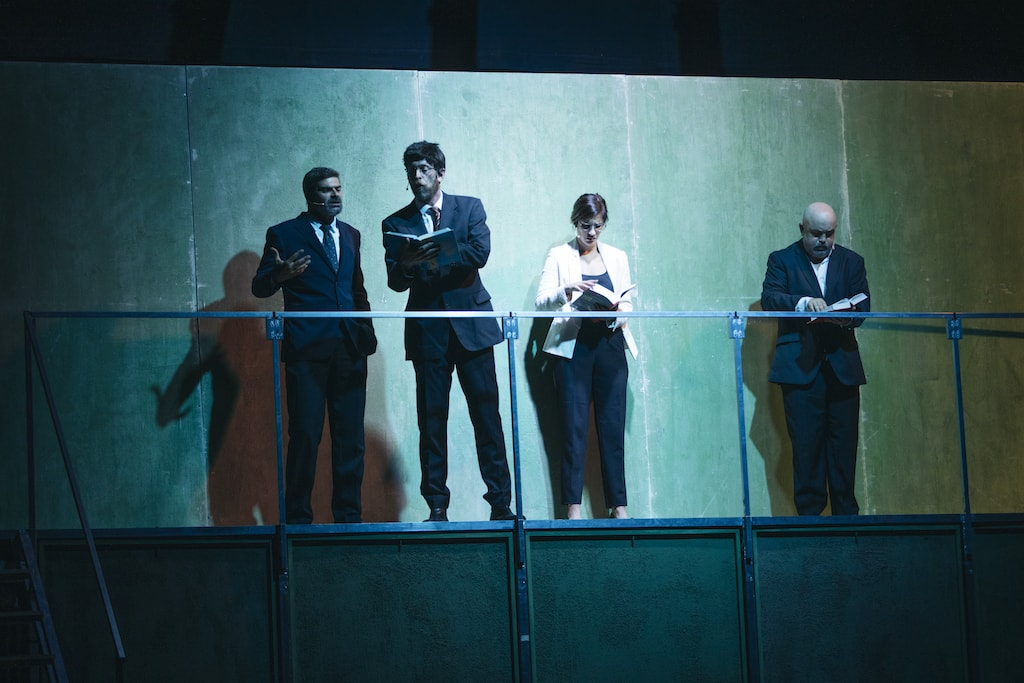 Los actores Oswaldo Digón, Sergio Zearreta, Graciela Carlos y César Goldi, leyendo unos libros sobre una barandilla en Fariña