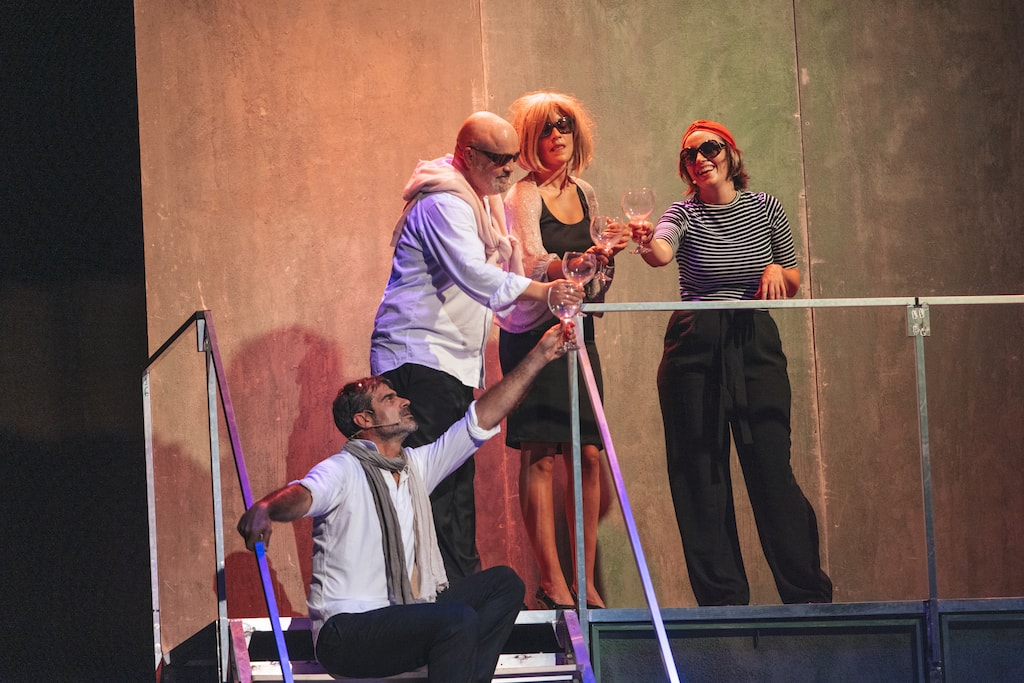 Oswaldo Digón, César Goldi, Marta Lado y Graciela Carlos tomando unas copas en el escenario de Fariña