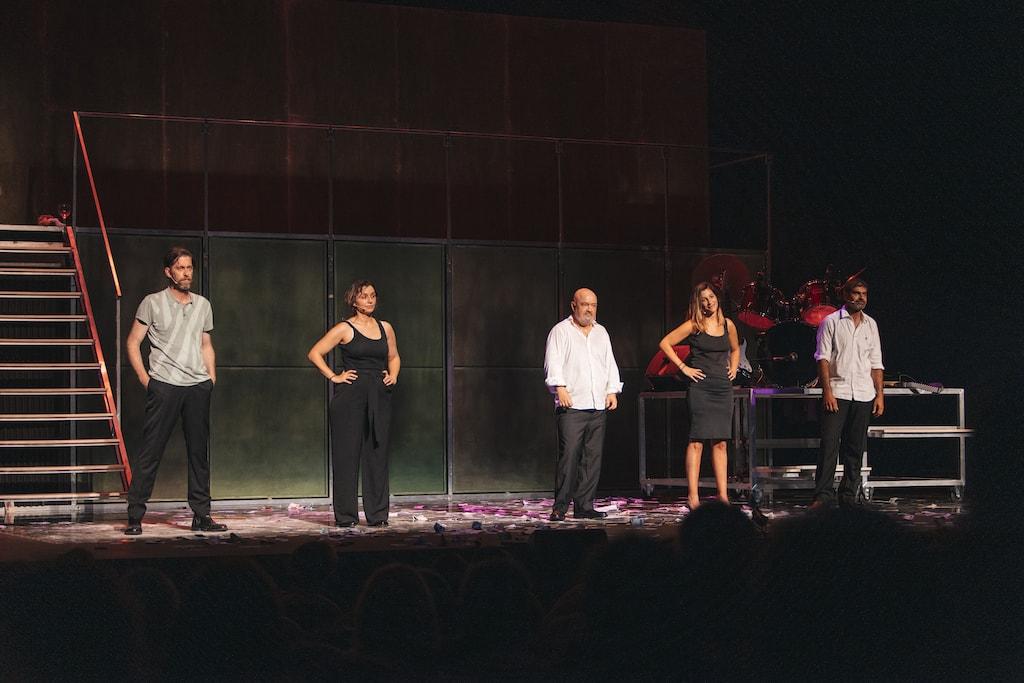 Todo el elenco de Fariña de pie en el escenario