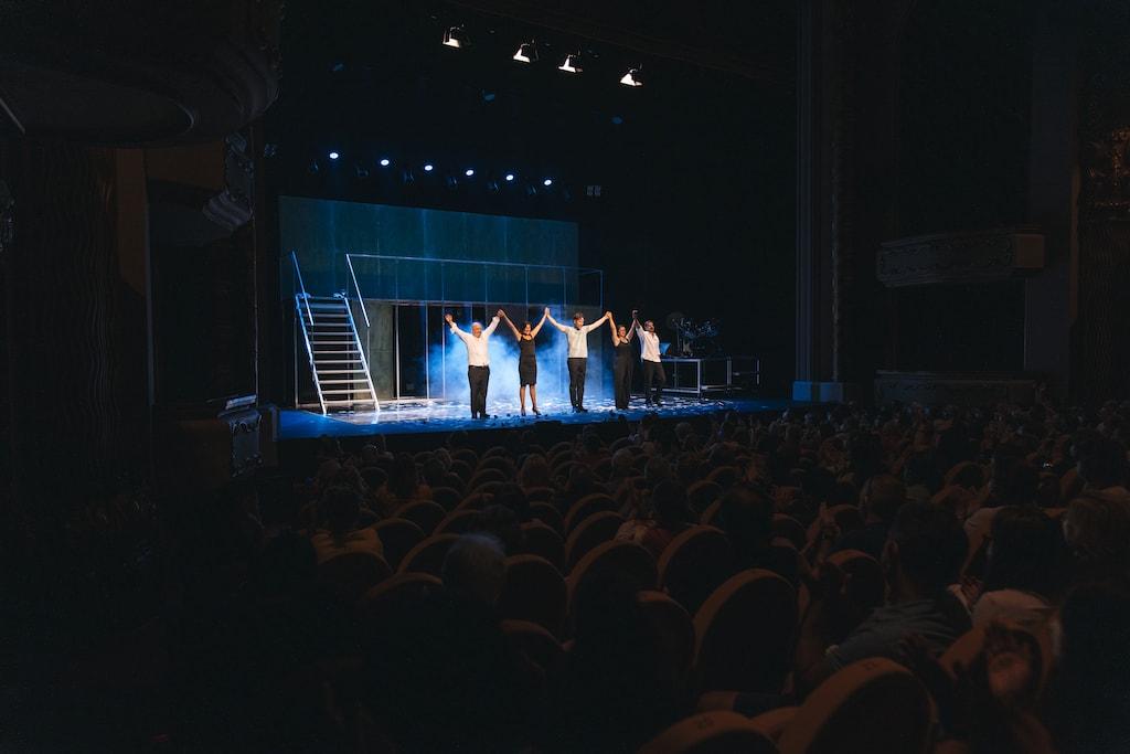 Los actores de Fariña recibiendo los aplausos del público en el Teatro Jovellanos de Gijón