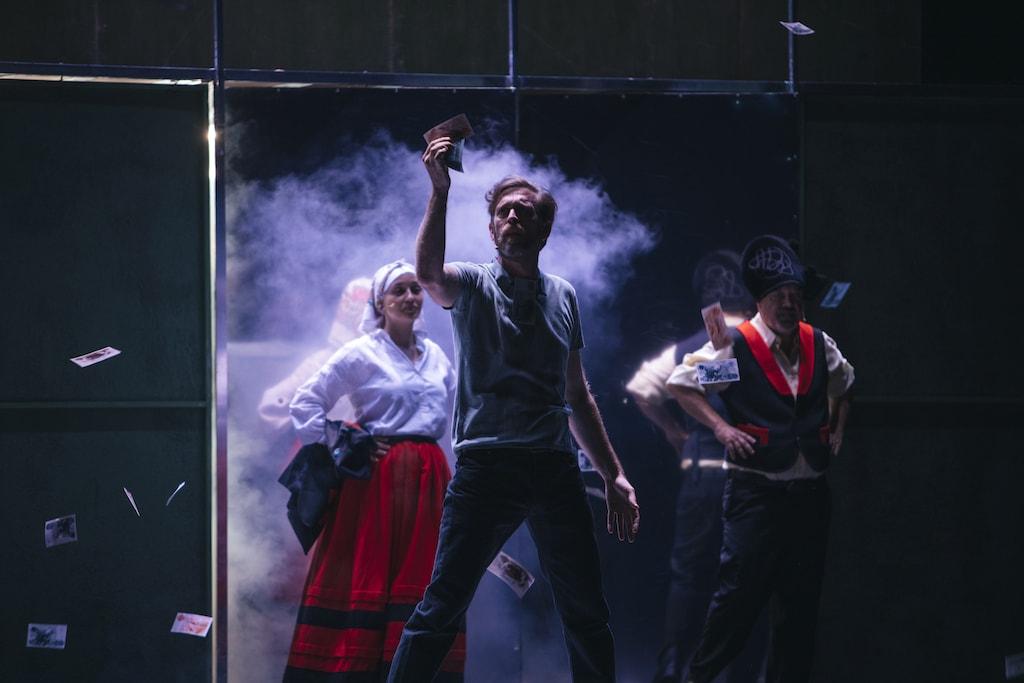 Sergio Zearreta, Marta Lado y César Goldi actuando en Fariña