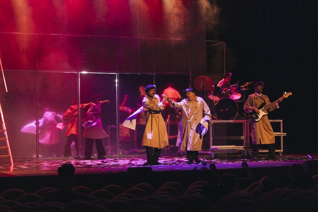 Los actores de Fariña durante un número musical del espectáculo