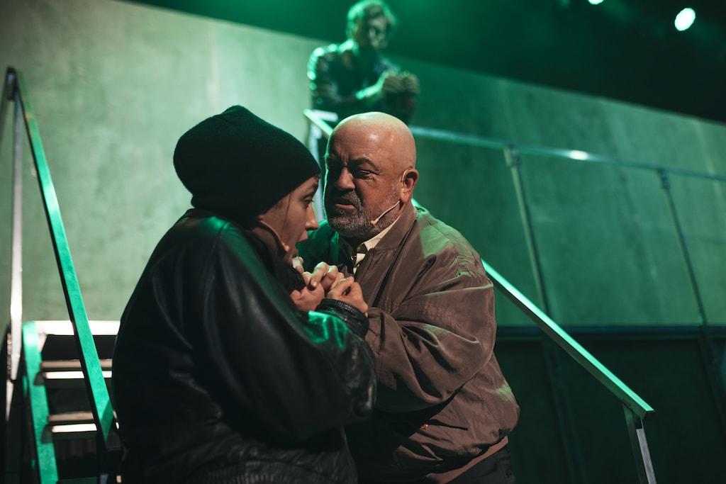 César Goldi agarrando por el pecho a Marta Goldi en un momento de la representación