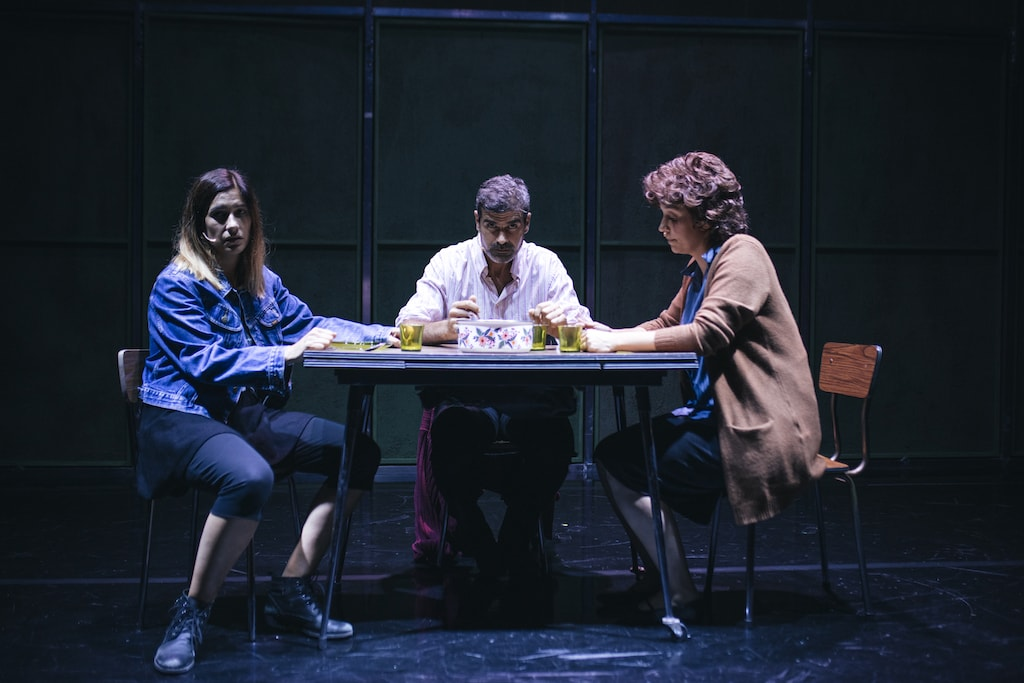 Graciela Carlos, Oswaldo Digón y Marta Lado, sentados en una mesa en Fariña