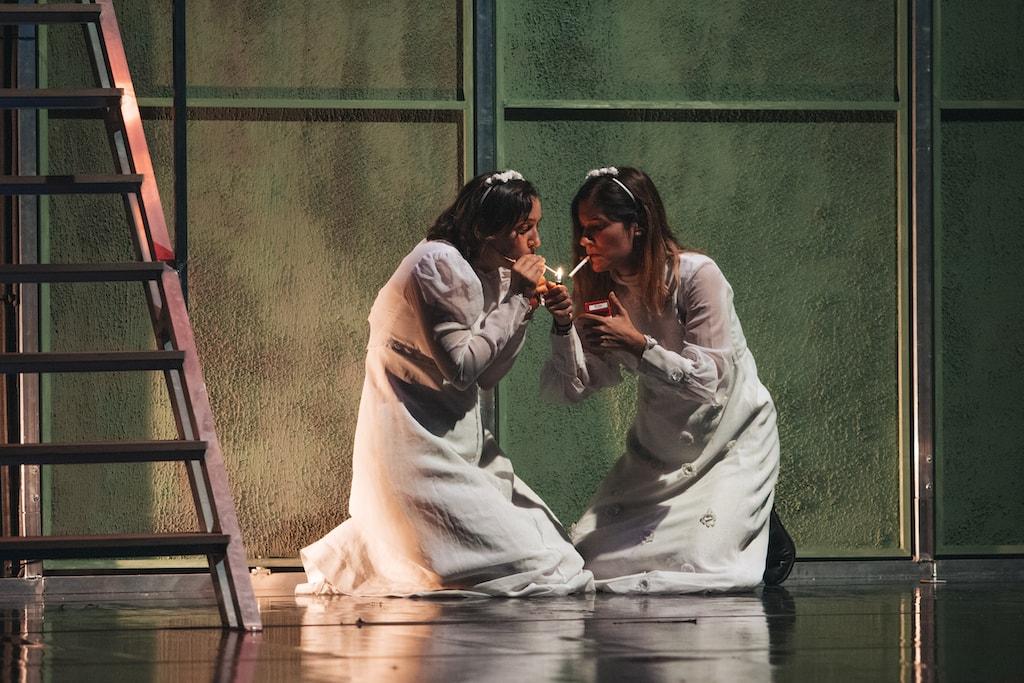 Las actrices Marta Lado y Graciela Carlos vestidas de comunión y fumando durante una escena de Fariña