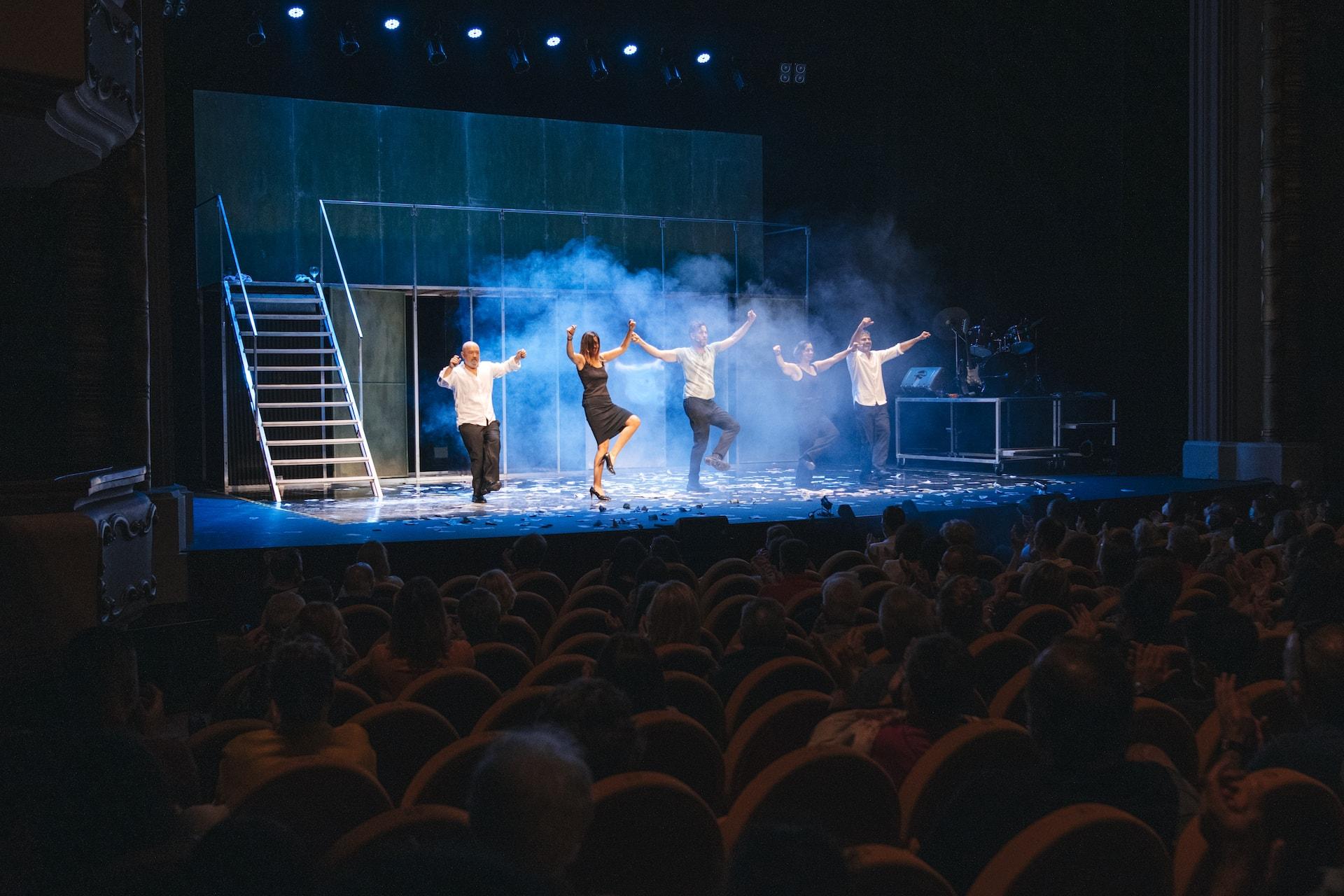 Los actores de Fariña bailando en el frente del escenario
