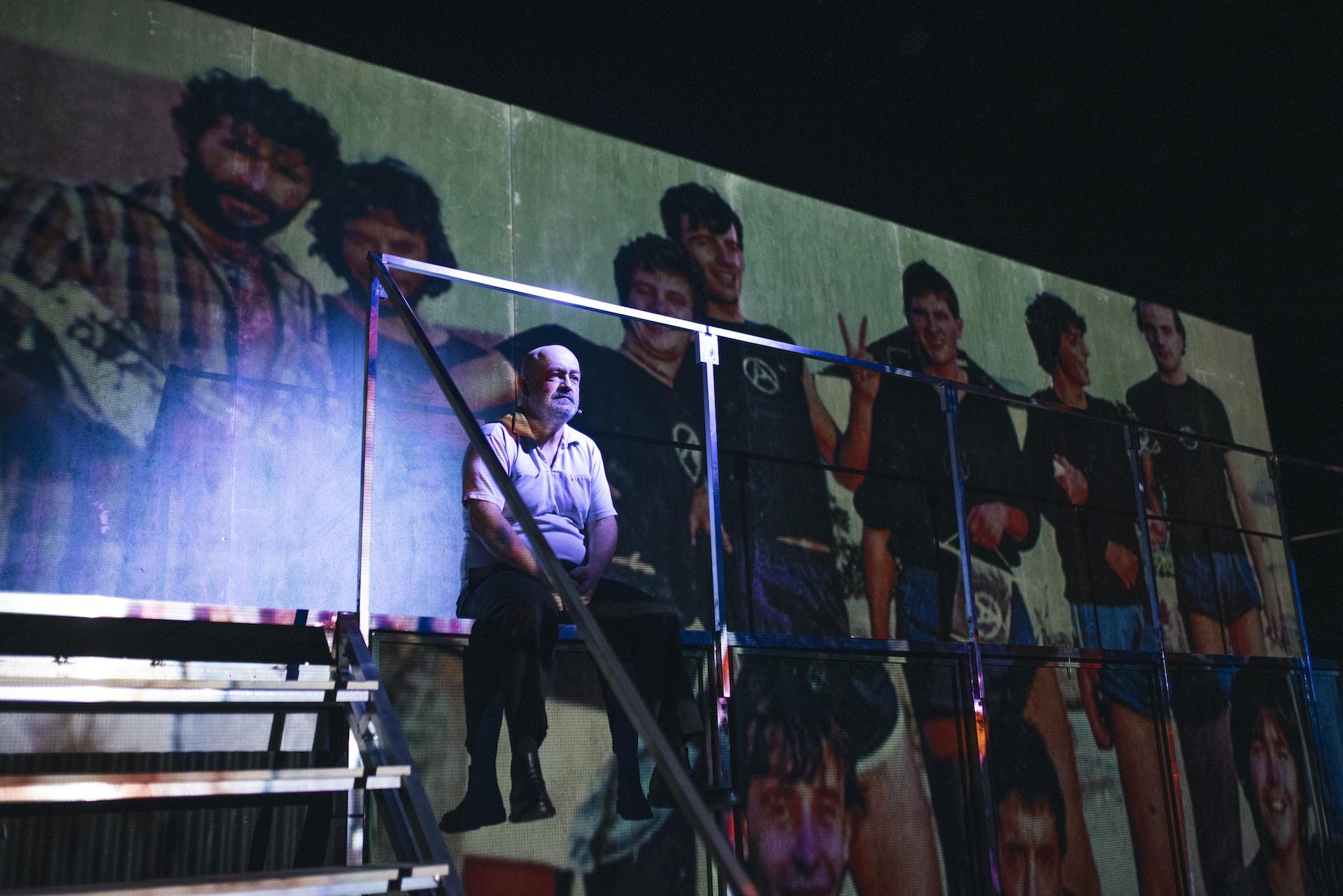 César Goldi ante una foto de la llamada generación perdida de Vilagarcía de Arousa