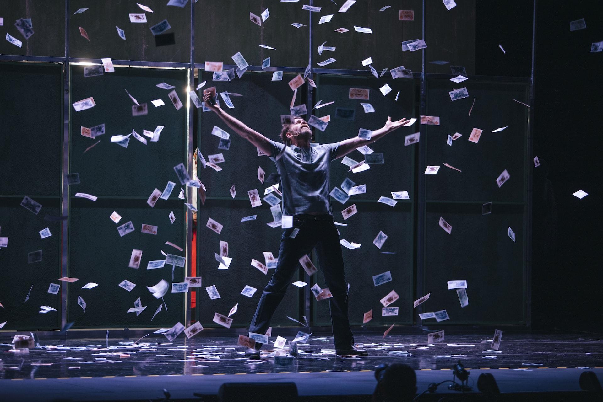 Sergio Zearreta en el escenario de la obra Fariña bajo una lluvia de billetes