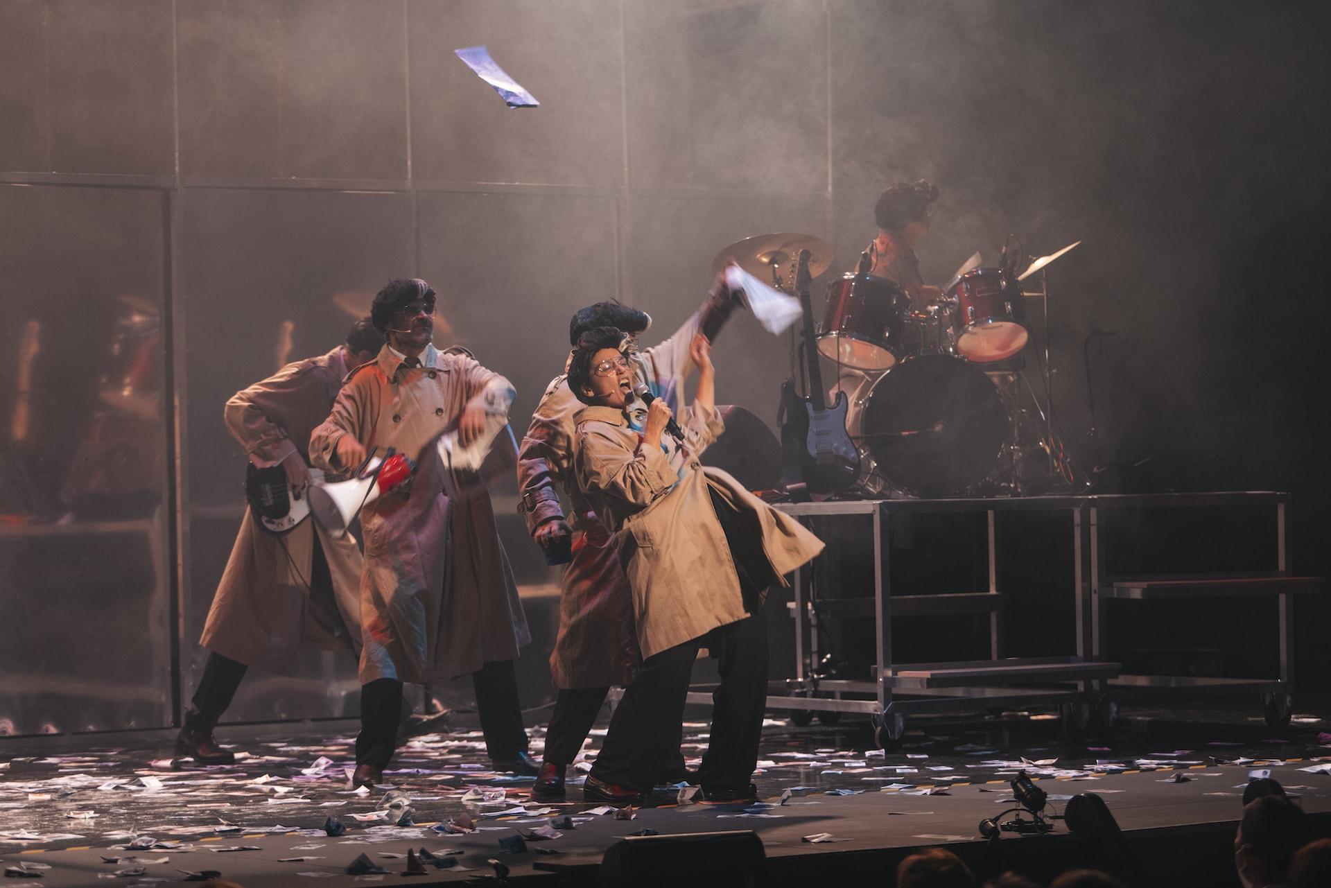 Los actores de Fariña cantando y bailando durante el espectáculo